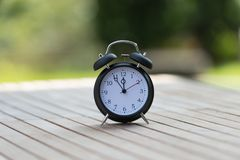 Ретро будильник с 5 минутами к часами ` 12 o Стоковое фото RF