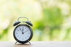 Ретро будильник с 5 минутами к часами ` 12 o Стоковая Фотография RF