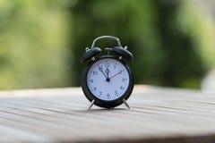 Ретро будильник с 5 минутами к часами ` 12 o Стоковое Фото