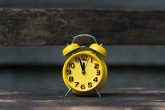 Ретро будильник с 5 минутами к часами ` 12 o Стоковые Фотографии RF