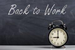 Ретро ` будильника и текста назад для работы ` Стоковая Фотография RF