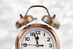 Ретро будильник бронзового цвета на 12 o& x27; часы Стоковые Изображения RF