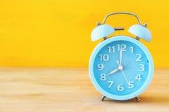 Ретро будильник над желтой предпосылкой Стоковые Изображения