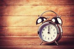 Ретро будильник на таблице Стоковое Изображение RF