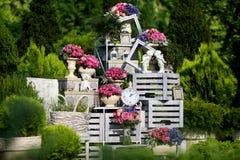 Ретро будильник с цветками в саде Стоковое Изображение RF