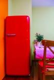 Ретро-введенный в моду красный холодильник в комнате кухни Стоковые Фото