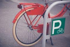 Ретро велосипед на автостоянке велосипеда Стоковое фото RF