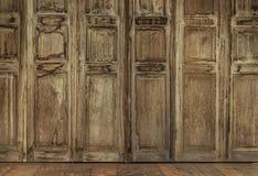 Ретро дверь стиля Дверь тайского стиля винтажная деревянная Стоковое фото RF
