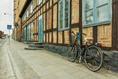 Ретро велосипед стоя против стены старого половинного дома timberd Стоковое Изображение RF
