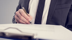 Ретро винтажное изображение стиля бизнесмена подписывая контракт Стоковые Фото