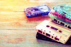 Ретро двухкатушечная кассета над деревянным столом стоковые изображения rf