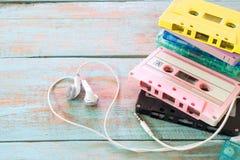 ретро двухкатушечная кассета с формой сердца наушника на деревянной таблице Стоковое Фото