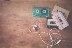 ретро двухкатушечная кассета с формой сердца наушника на деревянной таблице Стоковое Изображение