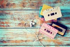 ретро двухкатушечная кассета с формой сердца наушника на деревянной таблице Стоковые Фотографии RF