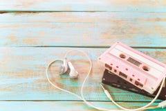 ретро двухкатушечная кассета с формой сердца наушника на деревянной таблице Стоковые Изображения