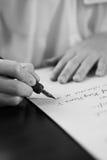 Ретро влияние увяло и тонизировало изображение девушки писать примечание с письмом авторучки античным рукописным Стоковая Фотография