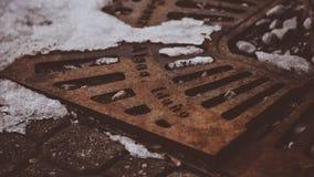 Ретро год сбора винограда смотря стальную земную крышку на улице ` Alene Айдахо Coeur d стоковое изображение