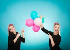Ретро девушки подготавливая вечеринку по случаю дня рождения воздушных шаров Стоковые Фотографии RF