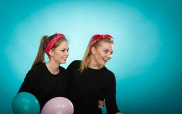 Ретро девушки подготавливая вечеринку по случаю дня рождения воздушных шаров Стоковые Изображения