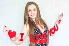 ретро девушки сексуальное с сердцами над стоковая фотография rf