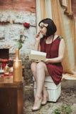 Ретро девушка сидя на таблице шлихты Стоковое фото RF