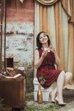 Ретро девушка сидя на таблице шлихты стоковая фотография rf