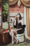 Ретро девушка сидя на таблице шлихты Стоковые Изображения RF