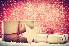 Ретро деревенские подарки рождества, настоящие моменты в снеге на backgr яркого блеска Стоковое Фото