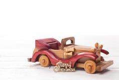 Ретро деревянный автомобиль с с Рождеством Христовым знаком, рождественской открыткой Merr Стоковое Фото