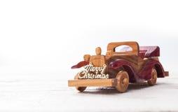 Ретро деревянный автомобиль с с Рождеством Христовым знаком, рождественской открыткой Merr Стоковое Изображение