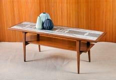 Ретро деревянный журнальный стол с декоративными вазами Стоковые Изображения