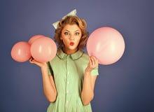 Ретро женщина с воздушными шарами партии, торжество Стоковое Изображение