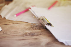 Ретро зажим связывателя металла при теплые винтажные тоны держа бумагу совместно Стоковое Фото