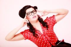 ретро Задумчивая заботливая девушка pinup в eyeglasses Стоковое Фото