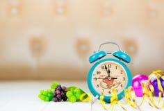 Ретро зеленый будильник с 5 минутами к полночи Стоковая Фотография