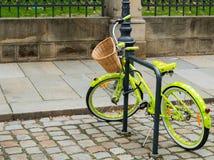 Ретро зеленый цвет цвета велосипеда с белыми точками польки Стоковая Фотография RF