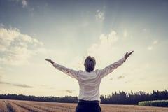 Ретро изображение победоносного молодого бизнесмена празднуя его succ Стоковые Фотографии RF