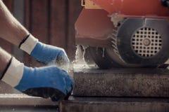 Ретро изображение рабочего класса используя угловую машину или круглой пилы к Стоковое Изображение RF