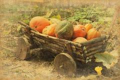 Ретро изображение старой деревянной тележки с тыквами Стоковое Изображение RF