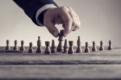 Ретро изображение человека играя шахмат двигая часть ферзя Стоковая Фотография RF