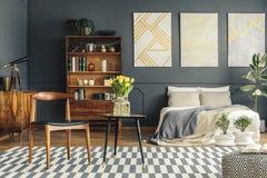 Ретро интерьер спальни стоковое изображение