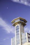 Ретро диспетчерская вышка Scifi под малой луной Стоковое Фото