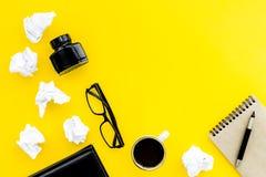 Ретро и современный настольный компьютер писателя с кофе, тетрадью и чернилами на желтой насмешке взгляд сверху предпосылки табли стоковые изображения