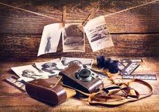 Ретро камера и старые фото стоковые изображения rf