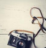 Ретро камера на белом деревянном столе стоковые изображения rf