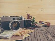 Ретро камера на деревянной предпосылке таблицы, винтажном тоне цвета Стоковые Фотографии RF