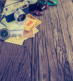 Ретро камера на деревянной предпосылке таблицы, винтажном тоне цвета Стоковое Изображение RF