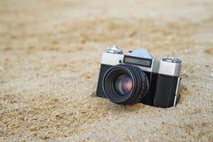 Ретро камера на песке стоковое фото rf