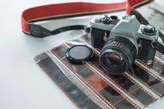 Ретро камера с красным ремнем на крене недостатка фильма стоковая фотография