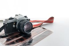 Ретро камера с красным ремнем на крене недостатка фильма стоковая фотография rf
